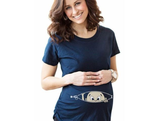 Pripravte sa na príchod bábätka tehotenským tričkom s vtipnou potlačou.