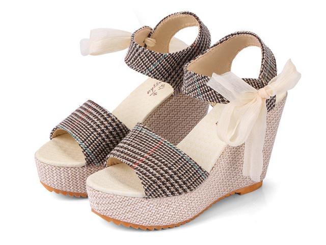 Dámske letné sandálky sú zárukou skutočného luxusu a elegancie